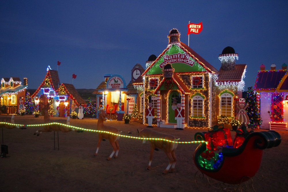 santa-workshop-spread-with-reindeer-and-sleigh[1]
